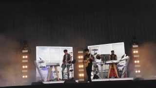 chromeo w/ezra koneig performing cape cod kwassa kwassa / bonafide lovin' (tough guys) [live]