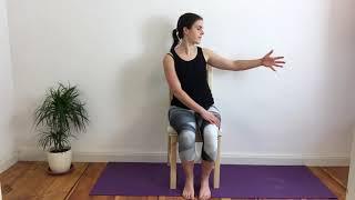 Schulter- und Oberarmmobilisation auf dem Stuhl