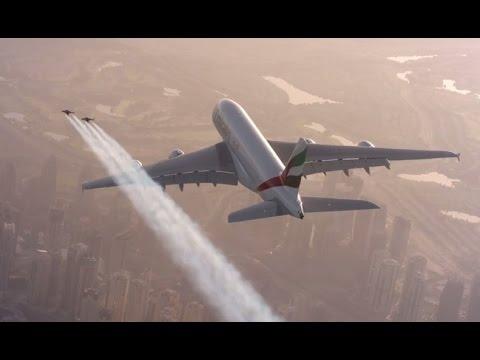 חליפת הסילון לצד מטוס נוסעים