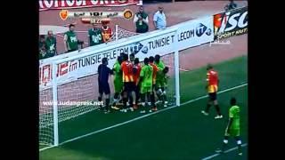 لاعب الترجي الرياضي التونسي يضرب لاعب المريخ السوداني