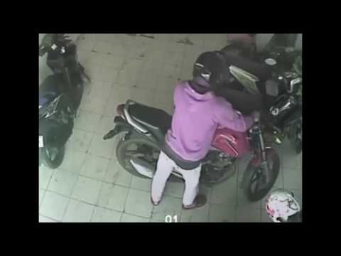 pencurian motor terekam CCTV