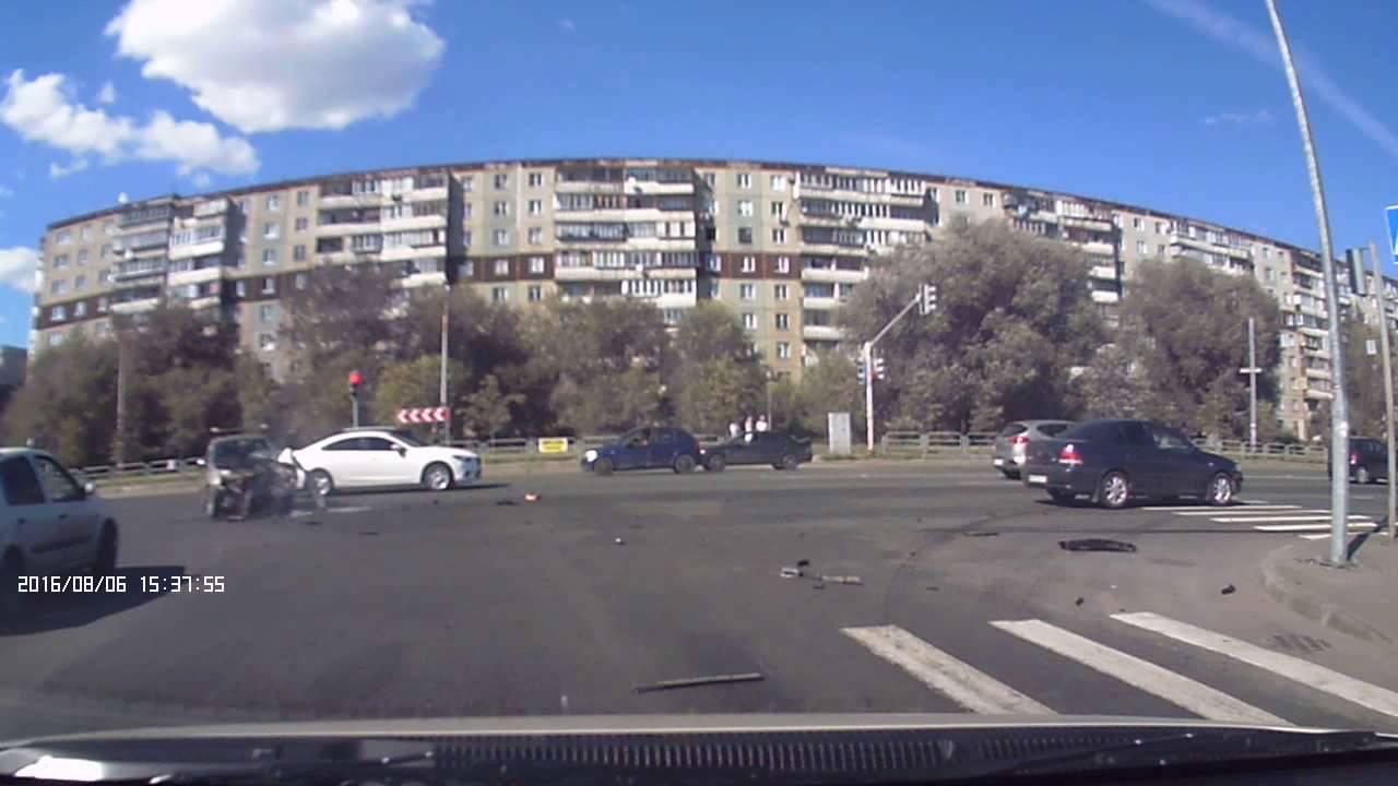 """На Университетской набережной в Челябинске """"Газель"""" сбила мужчину на тротуаре"""