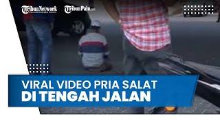 Viral Video Pengendara Motor Jaga Orang Salat di Tengah Jalan sampai Selesai
