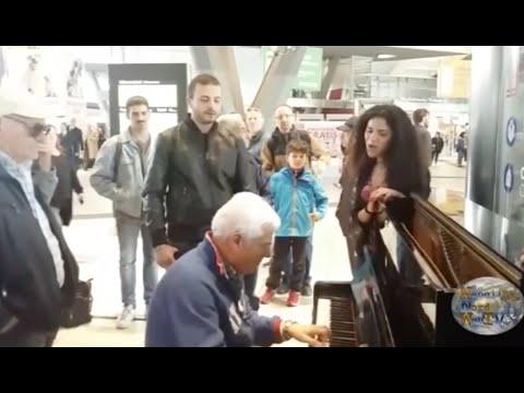 STAZIONE CENTRALE DI NAPOLI, I PASSEGGERI SI IMPROVVISANO MUSICISTI. GUARDA IL VIDEO