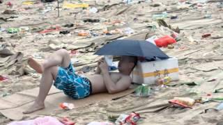 世界よ、これが中国だ!ゴミだらけのビーチで海水浴!カップルはこんなとこでも発情www