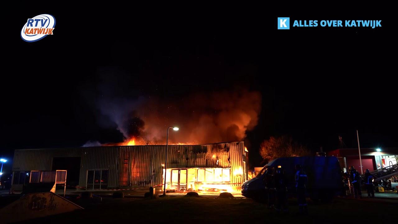 Grote brand in fietsenwinkel naast brandweerkazerne in Valkenburg