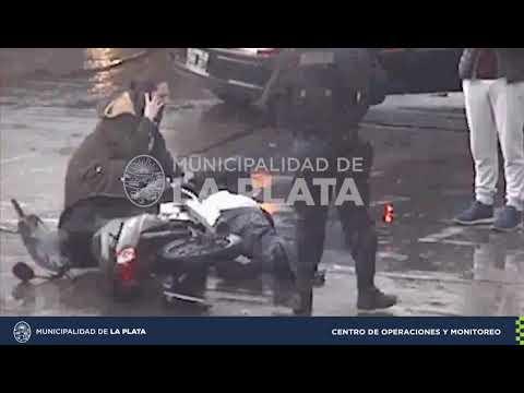 Mirá el violento accidente entre un auto y una moto