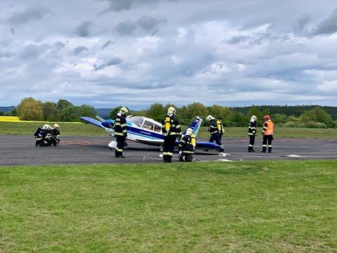 Nouzové přístání čtyřmístného letadla na letišti Dlouhá Lhota