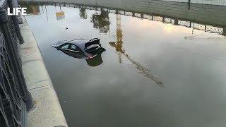 Авто вылетел в реку с набережной в Москве
