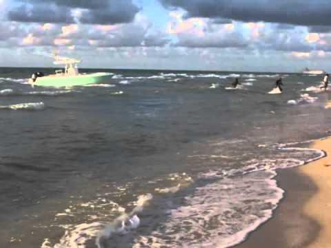 En pleine séance de photos sensuelles sur une plage… des migrants illégaux débarquent