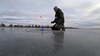 Только расставили жерлицы и тут началось...! Зимняя рыбалка на жерлицы в Астрахани 2019.
