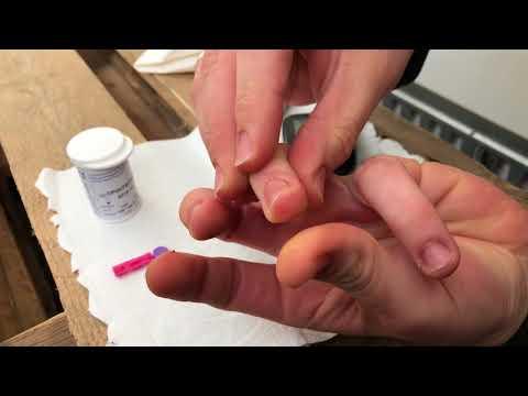 Blutzucker messen mit Blutzuckermessgerät am Finger Diabetiker Anleitung