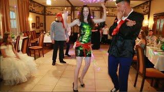 Красивые девушки на свадьбе выкупают танцем украденную невесту