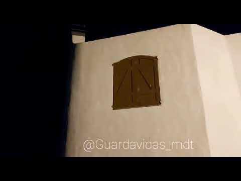 Que locura! Mirá el video de cómo la sudestada derrumba en un instante una vivienda en Mar del Tuyú