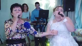 Невеста и мама обалденно поют на свадьбе.