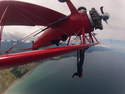O cara sobe em cima da asa do avião para curtir melhor a paisagem durante o voo