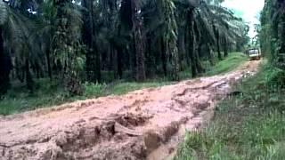 preview picture of video 'jalan gak layak di pakai di kampung inti belitang'