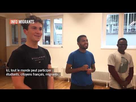 Les participants de l'atelier théâtre, dans les locaux de JRS France à Paris. Crédits : InfoMigrants