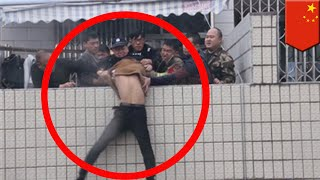 Gambar cover Firefighters in China heroically rescue man from rooftop - TomoNews