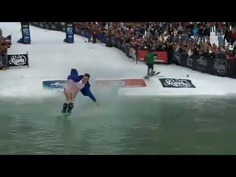 العرب اليوم - شاهد: لقطات طريفة خلال الدورة الـ42 لكأس سلوش للتزلج في ألاسكا
