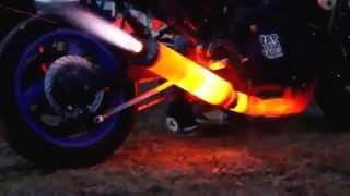 Смотреть онлайн Выхлопная труба Suzuki раскалилась добела при выхлопе