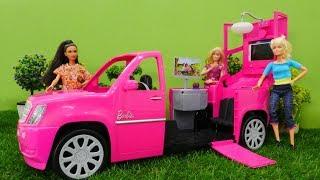 Barbie juguetes hacen un pícnic. Vídeos para niñas.