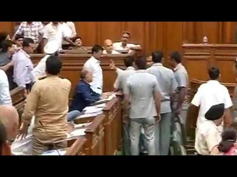दिल्ली विधानसभा में, अरविंद केजरीवाल ने पीएम मोदी को ललित मोदी पंक्ति पर स्वाइप किया