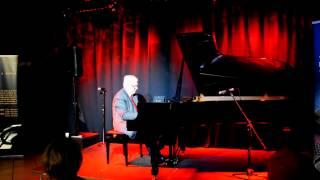 Raimonds Pauls spēlē uz Steinway A&T Trade veikalā