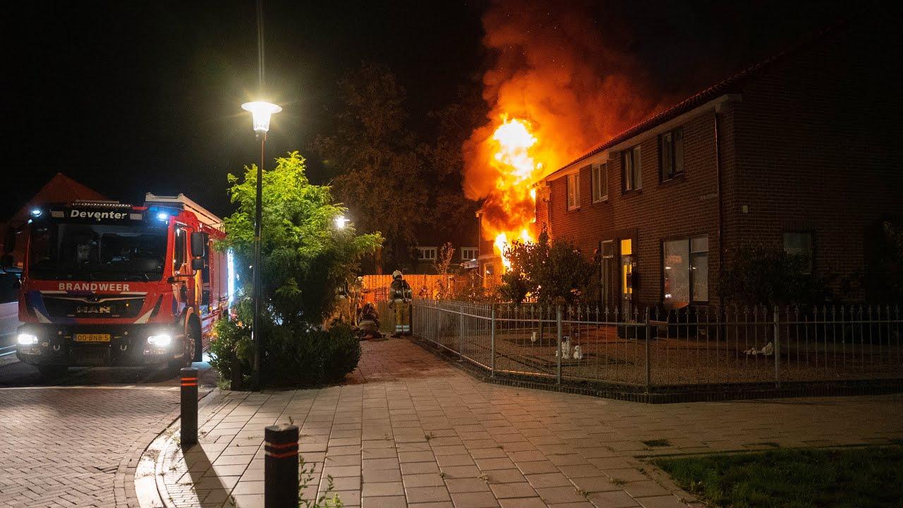 Grote uitslaande brand verwoest woningen Scheldestraat Deventer