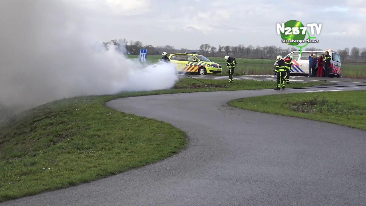 Auto brand uit afrit A4 brandweer Steenbergen politie ambulance waren op tijd bij de grote autobrand