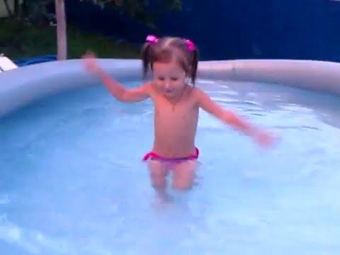 Дети купаются в бассейне.  Игры в воде. Children swimming in the pool. Water games.