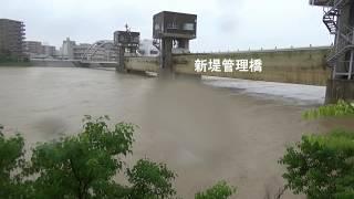 危険水位の旭川下流
