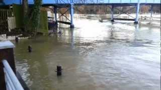 preview picture of video 'Cookham Bridge Floods December 2012'