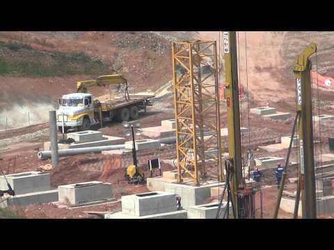 Torcedor fiscaliza o andamento das obras do estádio do Corinthians
