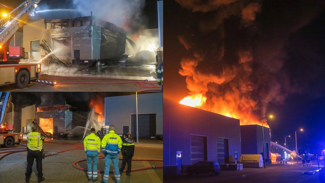 Uitslaande brand verwoest pand aan de Timmerwerf in Heemskerk   06/12/2020