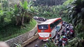 Skil Sopir Bus Kramat Djati di Jalan Sempit Tikungan Menanjak