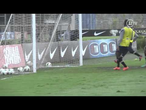 Inspirado, Martínez marca duas vezes em treino do Corinthians
