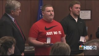 Good Samaritans honored by Appleton Police for helping officer - Video Youtube