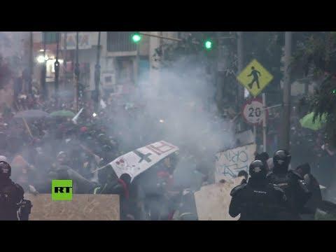 Enfrentamientos violentos entre Policia y manifestantes durante el paro nacional en Colombia
