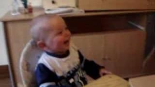 Bébé rigole aux éclats