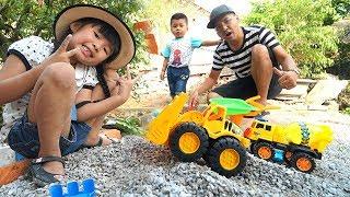 Trò Chơi Máy Ủi Xe Xúc Cát và Máy Trộn Bê Tông ♥ Bé Bún – Bé Bắp ♥ Đồ Chơi Trẻ Em