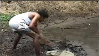 Anh đào hố bùn thấy sinh vật lạ liền tháo chạy, chậm chân chút nữa có thể gặp nguy hiểm
