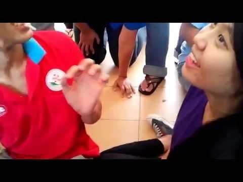 Sinh viên tình nguyện chơi trò hôn nhau tập thể