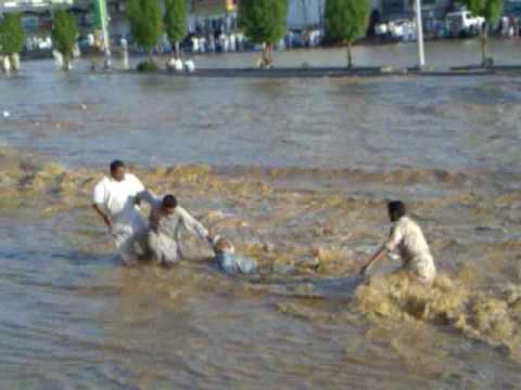 سيول جدة كيلو 14  انقاذ باكستاني من السيل 8/12/1430 هـ