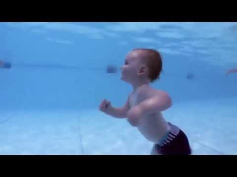 Yüzen bebekler çok neşeli