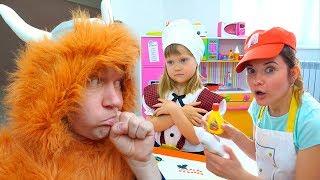 Играем в Игрушечное Кафе  капризный  Посетителем от Nastya Play
