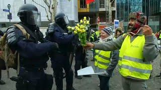 Video | Sarı Yelekli Eylemciler Diz çöküp Polise çiçek Uzattı