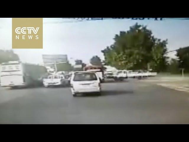 حادث مروع لشاحنة توثقه كاميرا سيارة بالصين