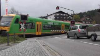 preview picture of video 'BÜ Spiegelau Hauptstr. mit RegioShuttle (I)'