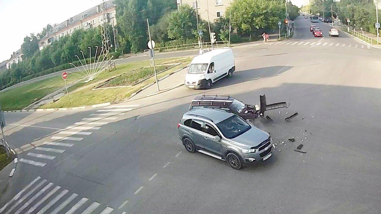 """От Иж-21261 """"Фабула"""" полетели куски при столкновении в Серпухове"""
